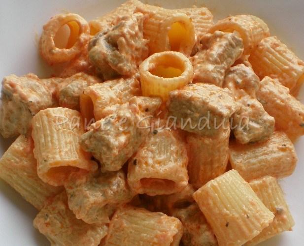 Mezze maniche con bocconcini di maiale e formaggio