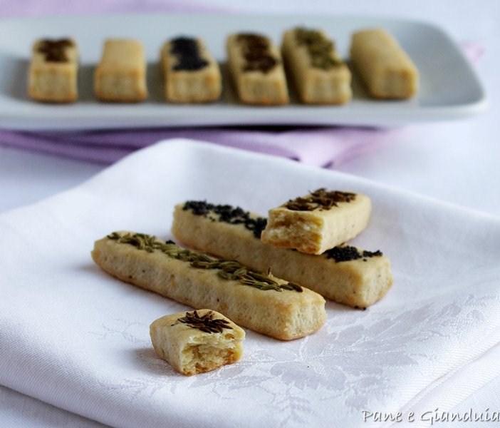 Bastoncini di pasta frolla al parmigiano e semi misti