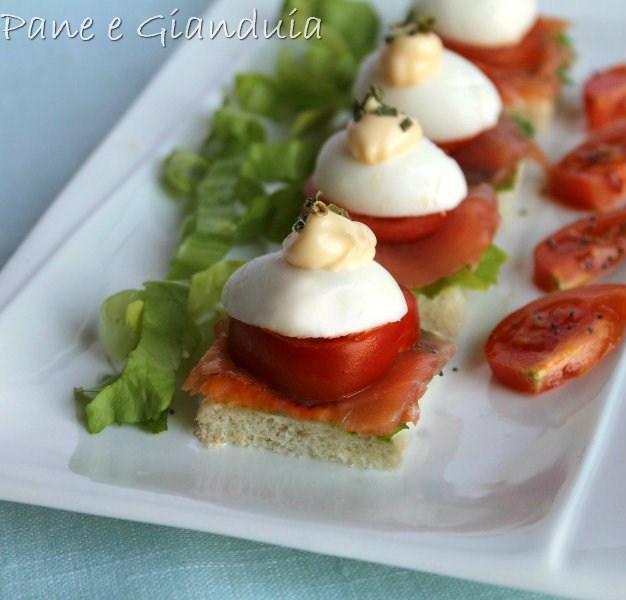 Tartine con uova e salmone