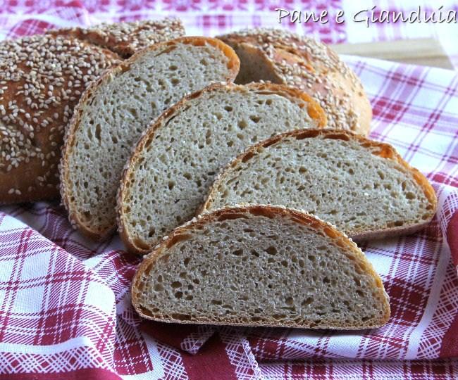 Pane con farina integrale e semi di sesamo