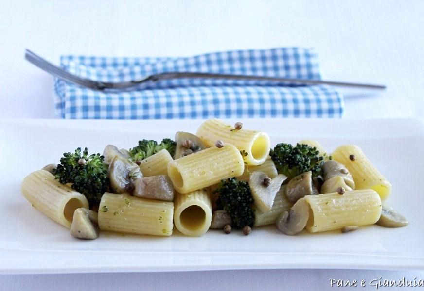 Rigatoni con funghi e broccoletti
