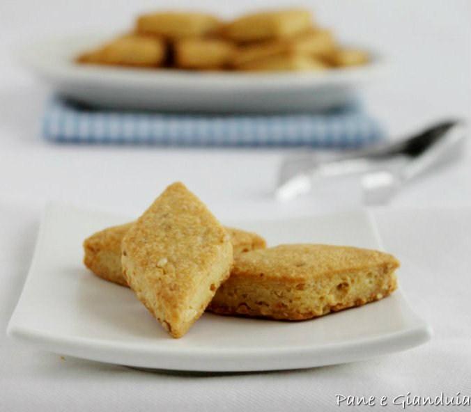 Biscottini salati con arachidi e semi di sesamo