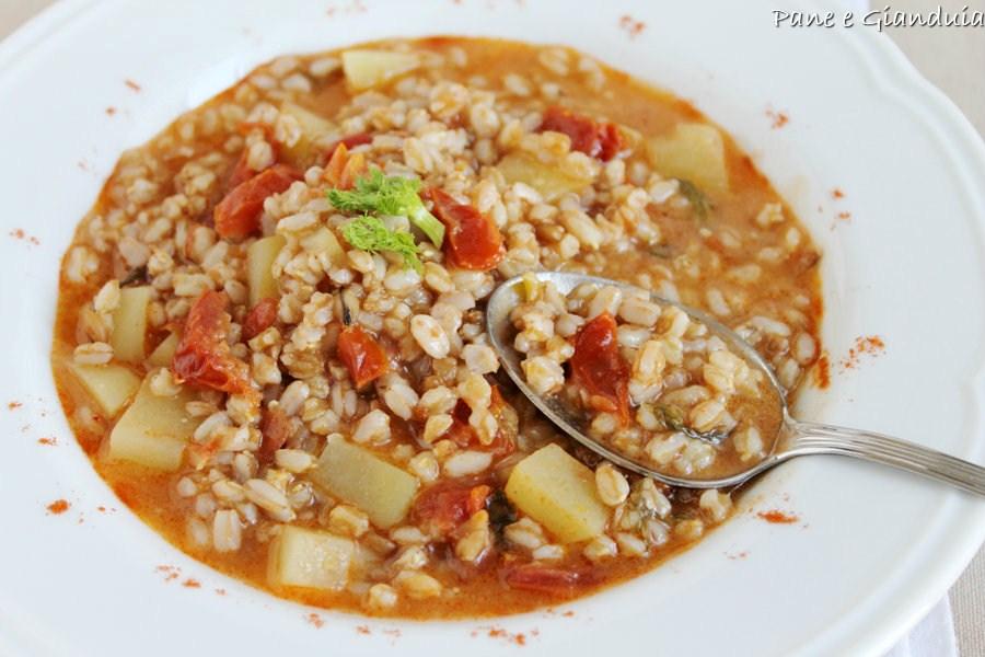 Zuppa di farro con pomodori secchi e paprica