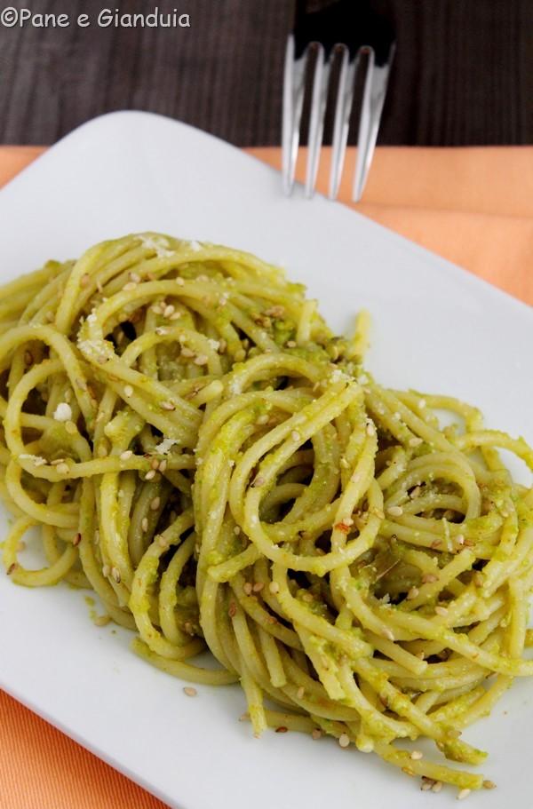 Spaghetti con pesto di fiori di zucca