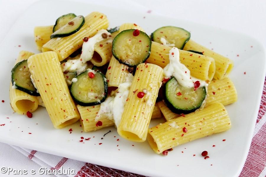 Rigatoni con zucchine e pepe rosa