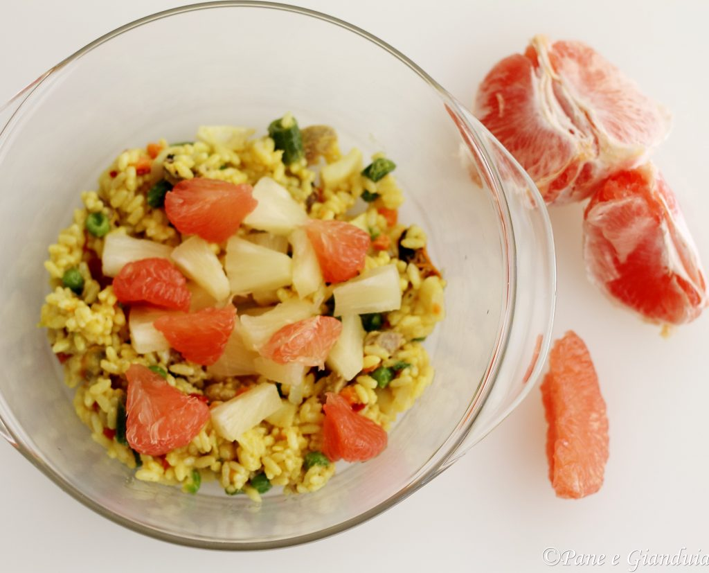 Paella in insalata con ananas e pompelmo