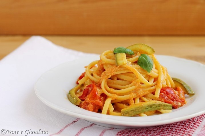 Spaghetti Linguine con zucchine, alici e pomodorini .