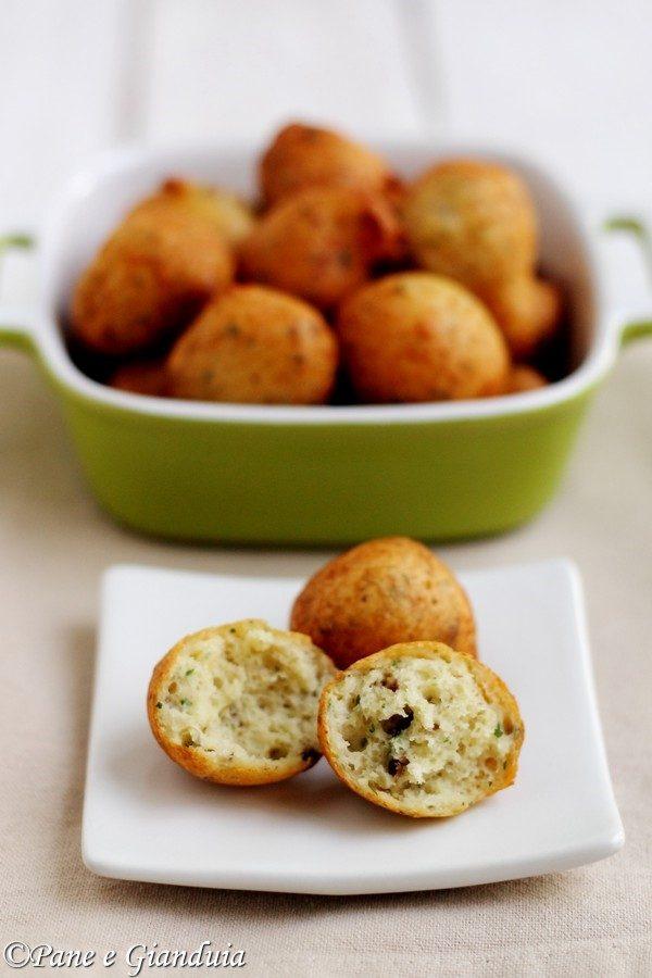 Zeppoline di pane raffermo con erbe aromatiche