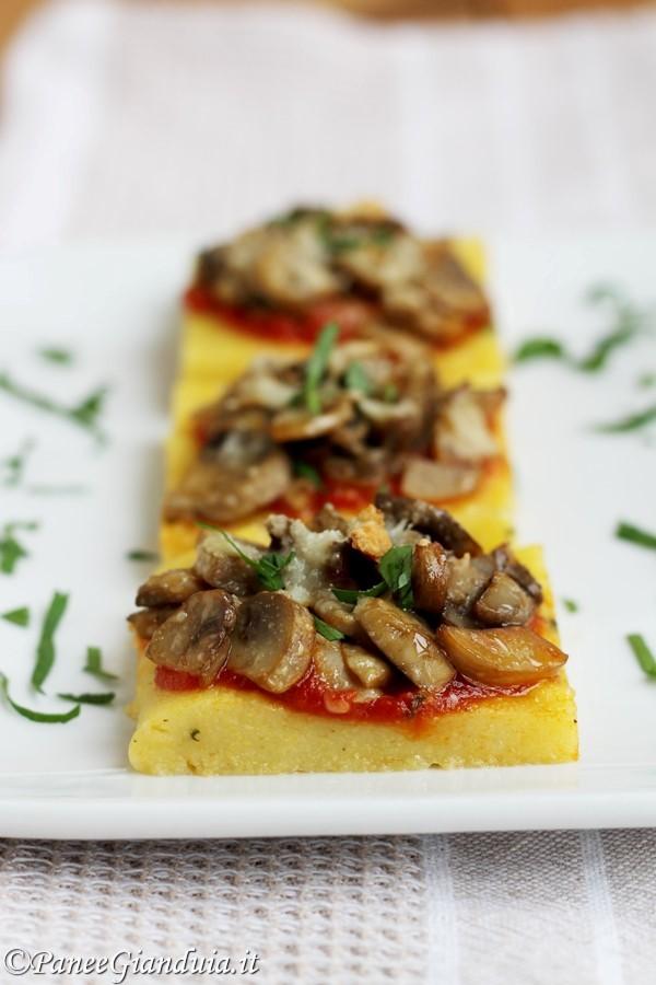 Crostini di polenta con funghi e grana