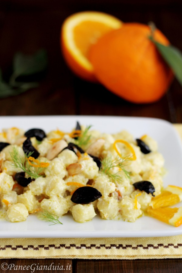 Chicche di patate con salsa di arance, olive nere e mandorle
