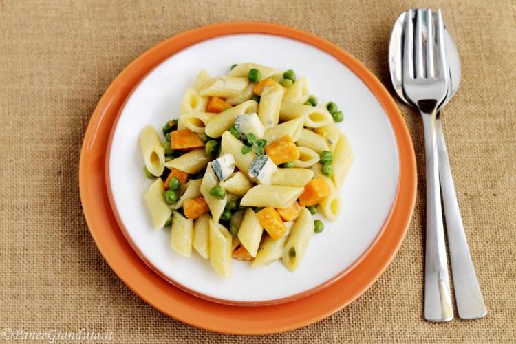 Penne con patate dolci piselli e gorgonzola