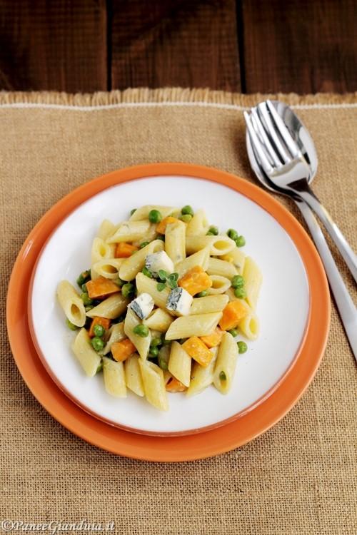 Penne con piselli, patate dolci e gorgonzola