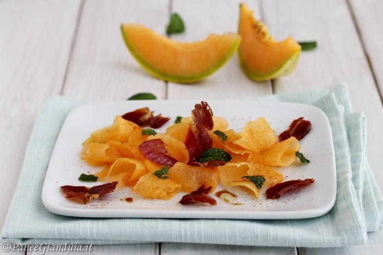 Carpaccio di melone con petali di prosciutto croccante