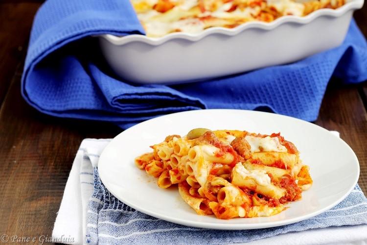 Ziti al forno con salsiccia e olive schiacciate