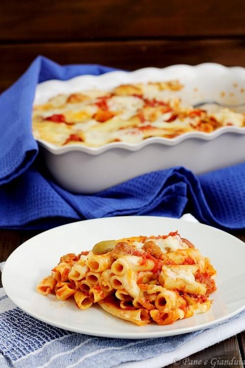 Ziti al forno con salsiccia e olive