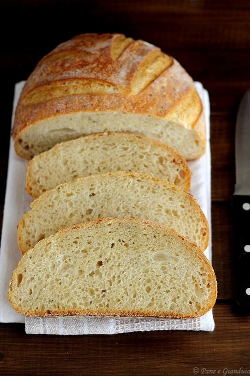Pane con semola e semi di canapa