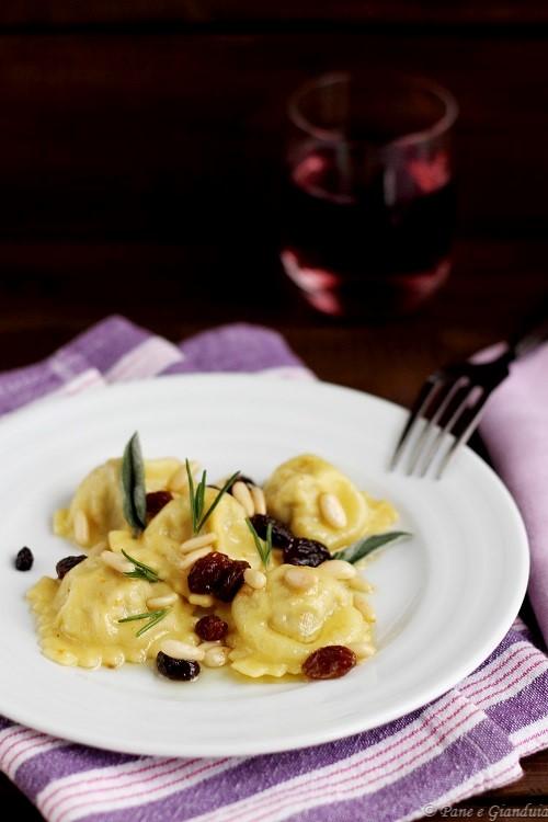 Ravioli al baccalà con uvetta e pinoli