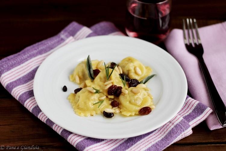 Ravioli di baccalà con uvetta e pinoli