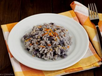 Riso con verza viola e polvere di arachidi