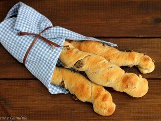 Fruste di pane alle olive
