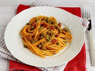Spaghettoni ai piselli con nduja e salamino