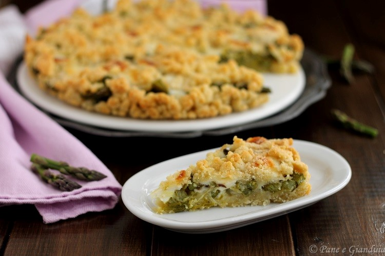 Sbrisolona salata con asparagi e stracchino