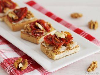 Crostini con gorgonzola, pomodorini confit e noci