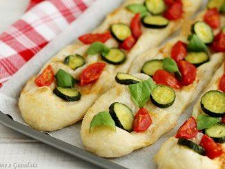 Lingue di suocera con zucchine e pomodorini