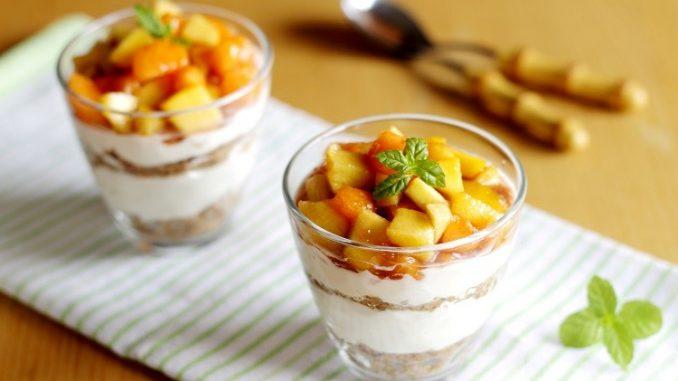 Cheesecake al bicchiere con frutta estiva