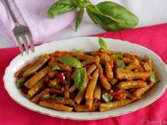 Fagiolini al pomodoro con peperoncino e basilico
