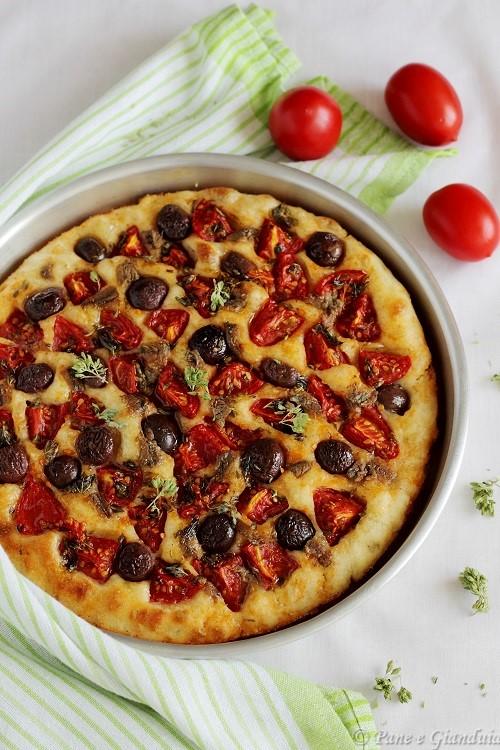 Focaccia con pomodori, alici e olive monacali