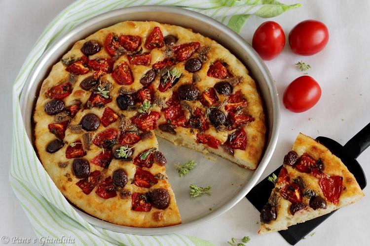 Focaccia con pomodorini, alici e olive alla monacale