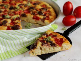 Focaccia con pomodorini, alici e olive monacali