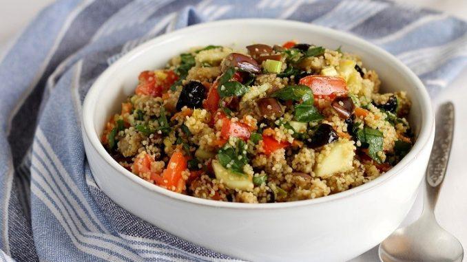 Insalata vegetariana di cous cous con olive al forno