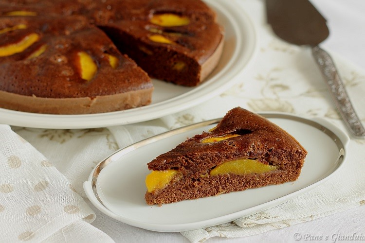 Torta al cacao con pesche gialle