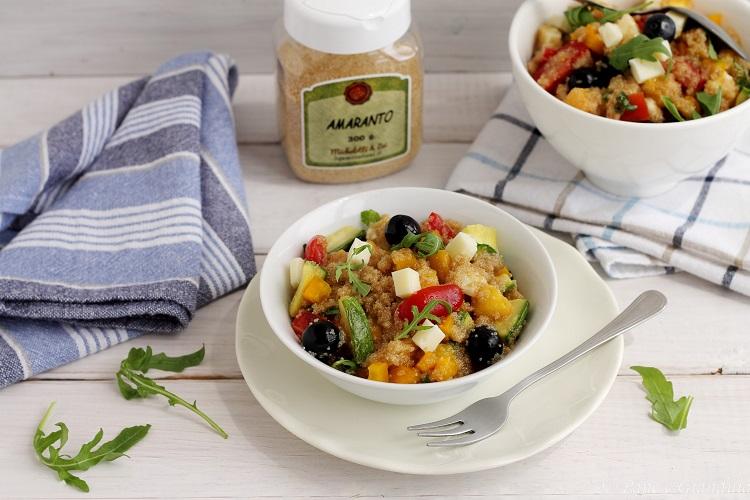 Insalata di amaranto con verdure, frutta estiva e toma
