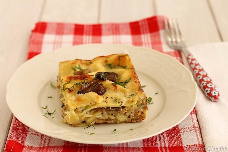 Lasagne ai funghi con salsiccia e formaggio