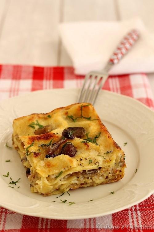 Lasagne ai funghi misti salsiccia e formaggio