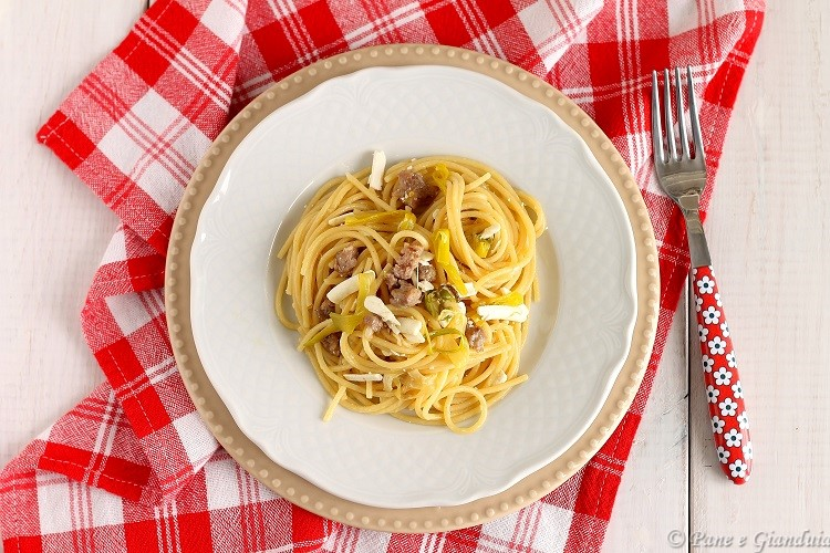 Spaghetti ai porri con ricotta secca e salsiccia
