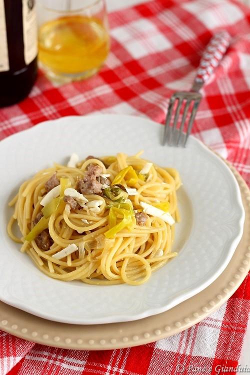 Spaghetti ai porri ricotta secca e salsiccia