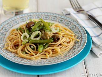 Spaghetti integrali con fagiolini e cipolla