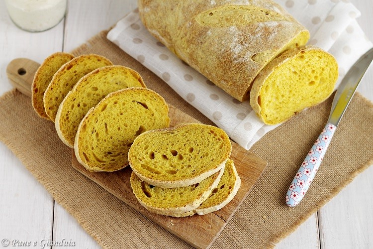 Filone di pane alla curcuma