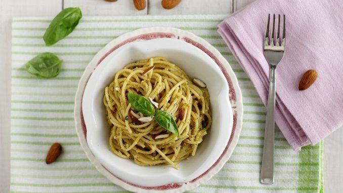 Spaghetti con pesto di mandorle e fiori di zucca