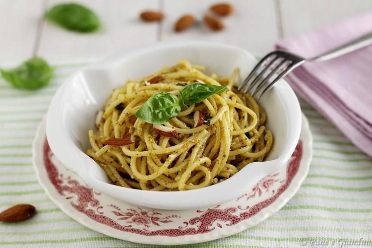 Spaghetti pesto di mandorle e fiori di zucca