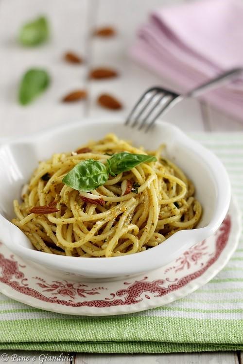 Spaghetti pesto di mandorle e fiori di zucchina