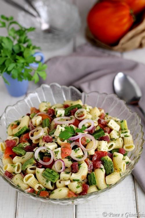 Insalata di pasta con zucchine e toma