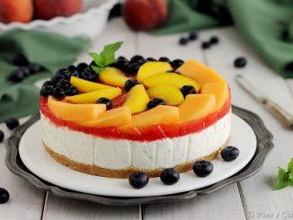 Cheesecake alla menta con frutta fresca
