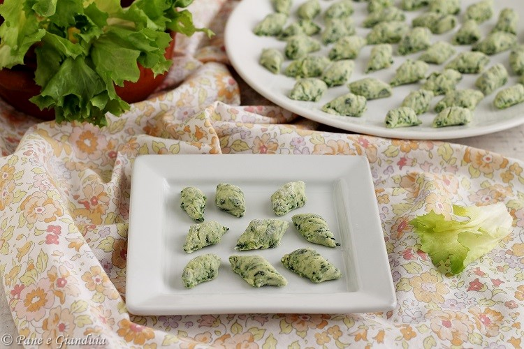 Gnocchi verdi con erbe e ricotta