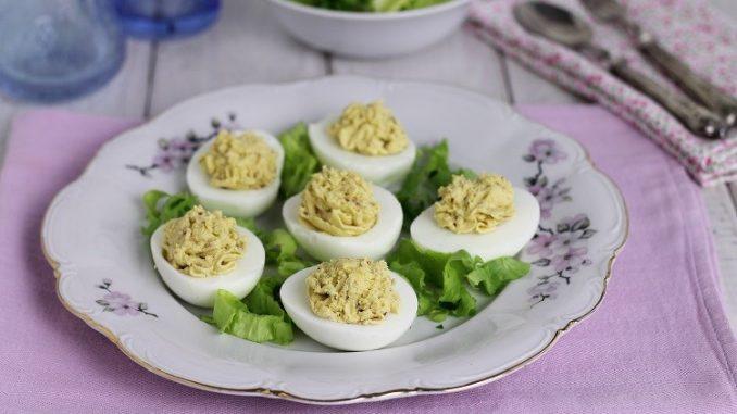 Uova ripiene con crema al burro e alici