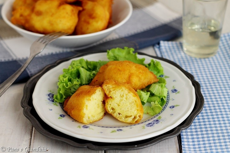 Thippulas di patate e formaggio